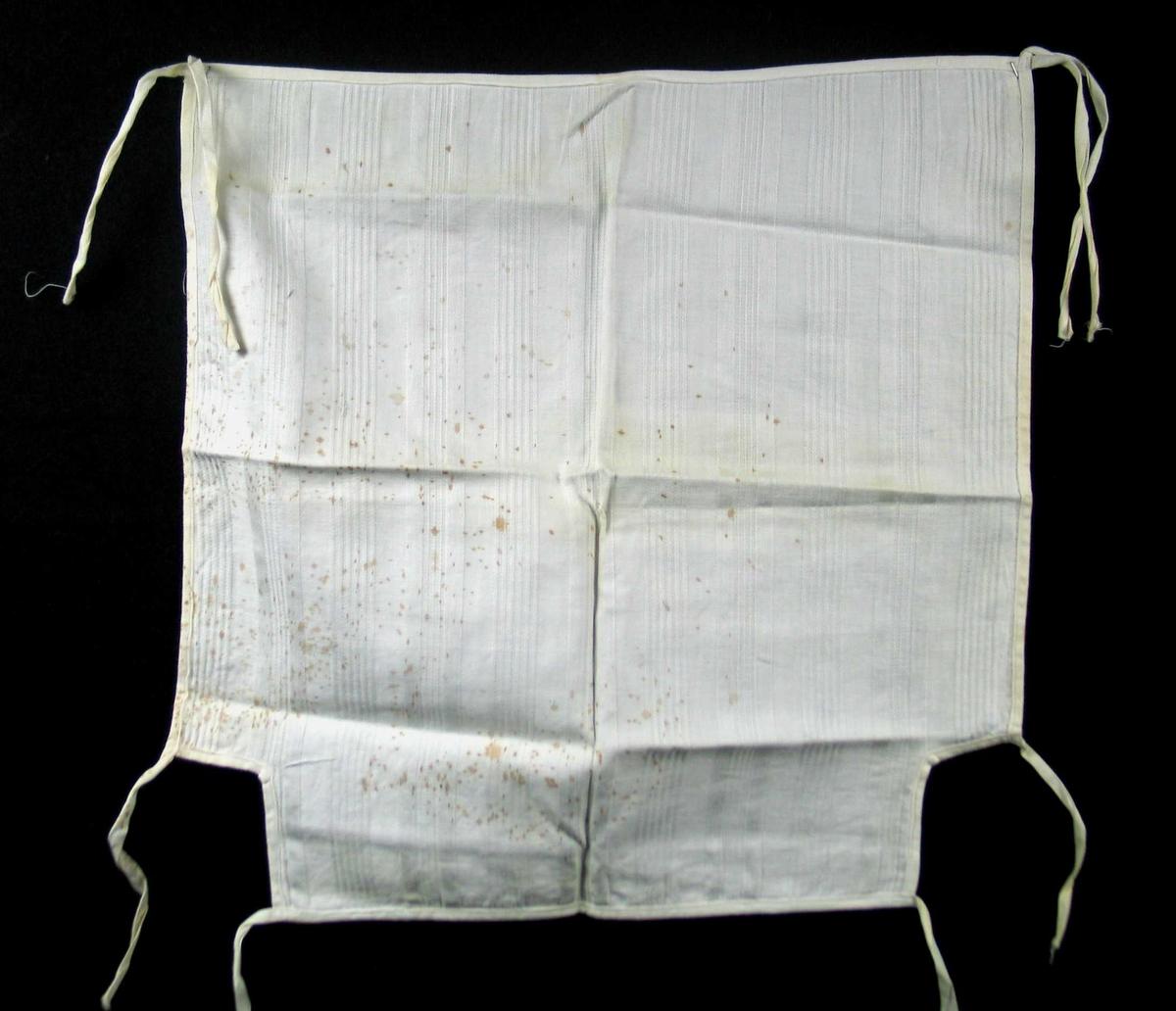 Hvitt varetrekk i bomull med innvevde striper. Det er formsydd med bånd i hjørnene. Smale falder.