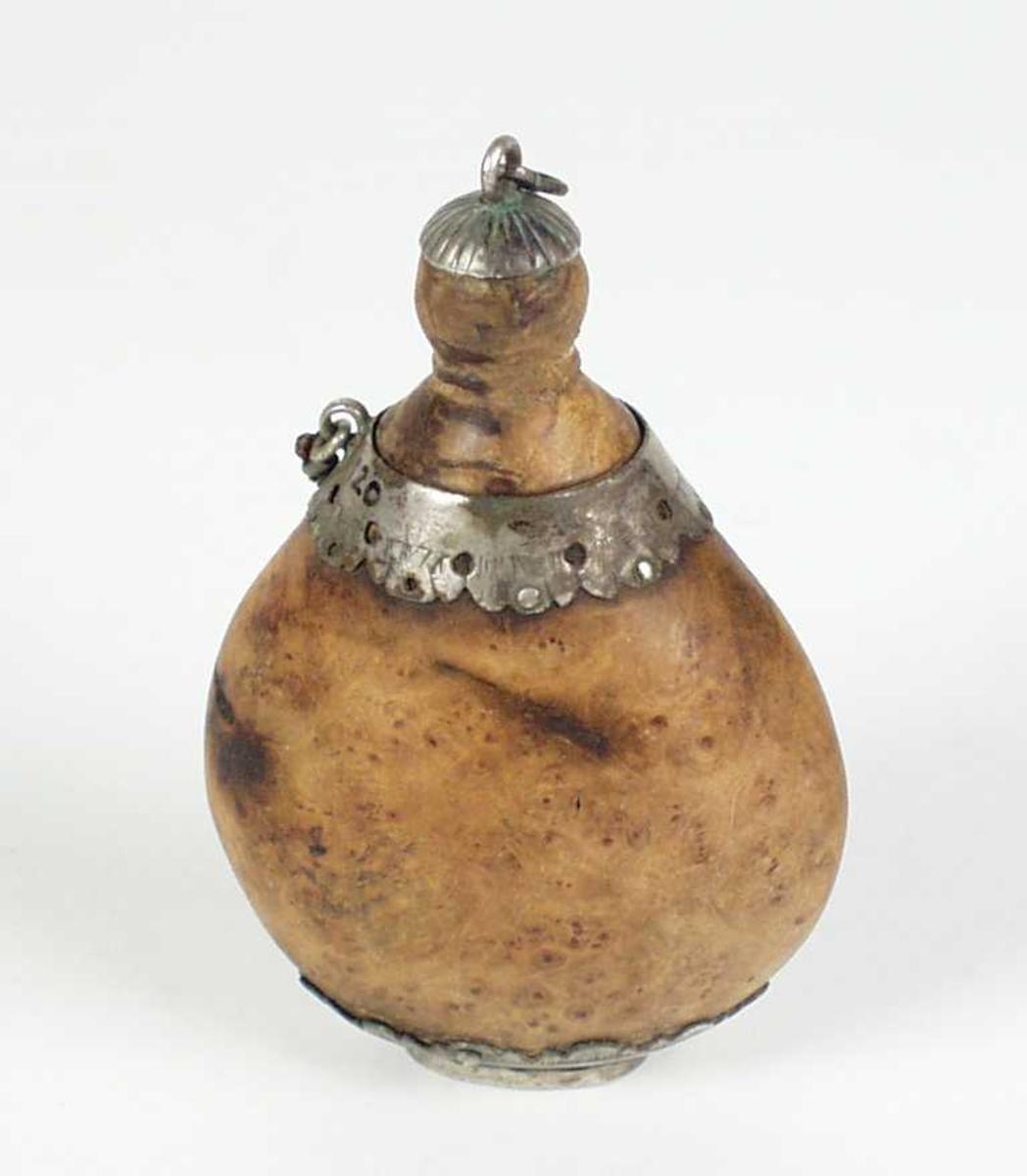 Snusflaske i valbjørk. Den har en liten skrukork og sølv dekor. Det har vært en lenke til, men den mangler.