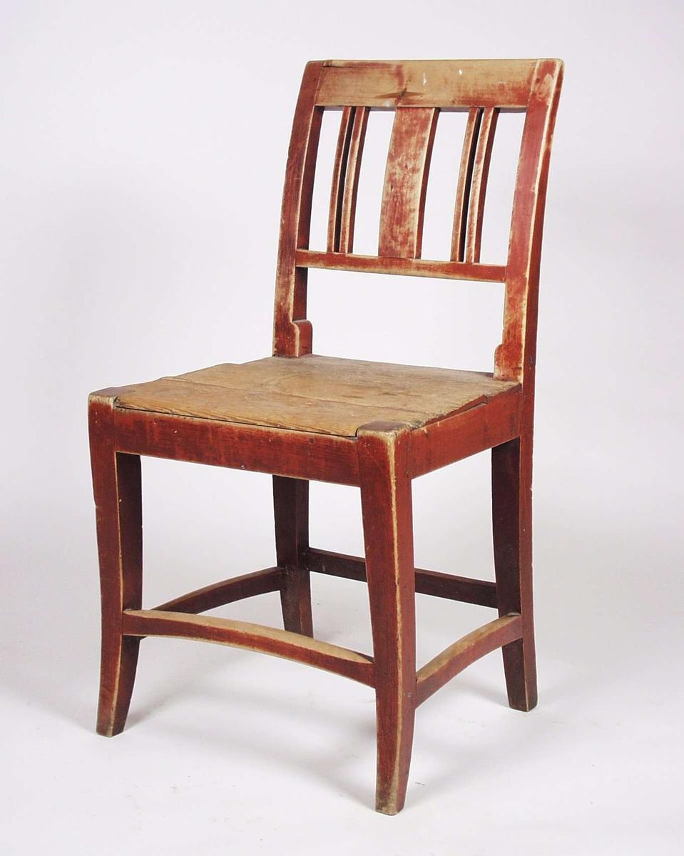 Stol i bjørk i enkel empirestil. Ryggen er malt rød, beina brune. Setet er umalt, men har noen rester av rødmaling. Buet midtsprosse.