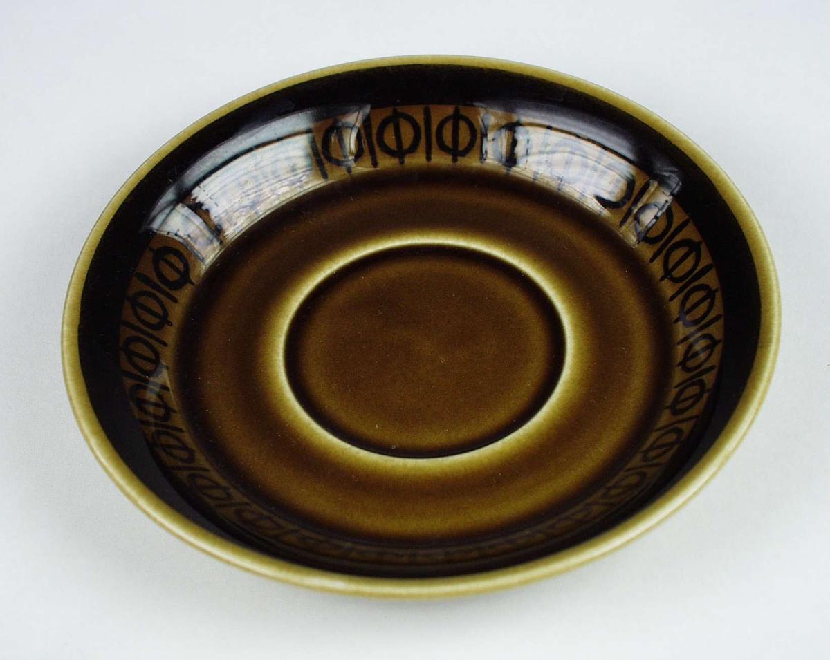 Elleve brune kaffeskåler i keramikk med mørk brun dekor. Serviset består ellers av syv kopper og tolv asjetter.