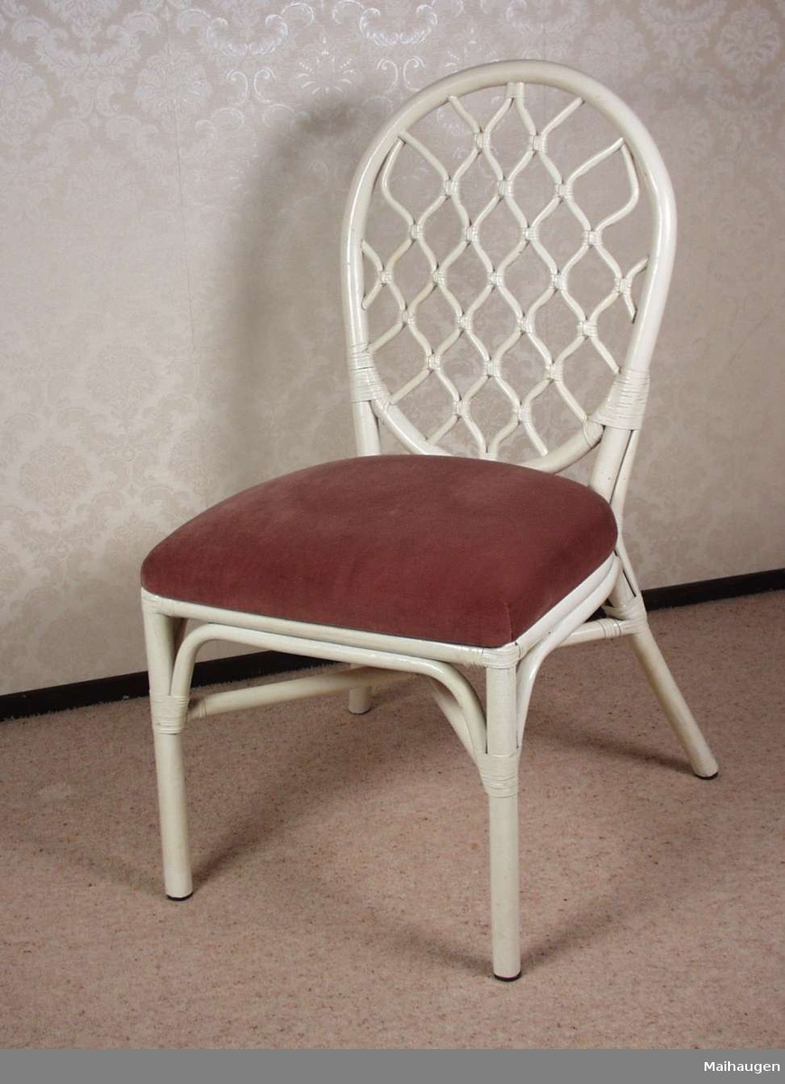 Hvitmalt flettet stol med rosa stoppet sete i plysj. Stolen har lærviklinger.