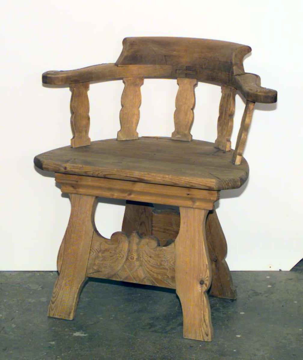 Trehvit peiskrakk på fire ben. Krakken har utskjæringer i benforbindelsen og i stolryggen.