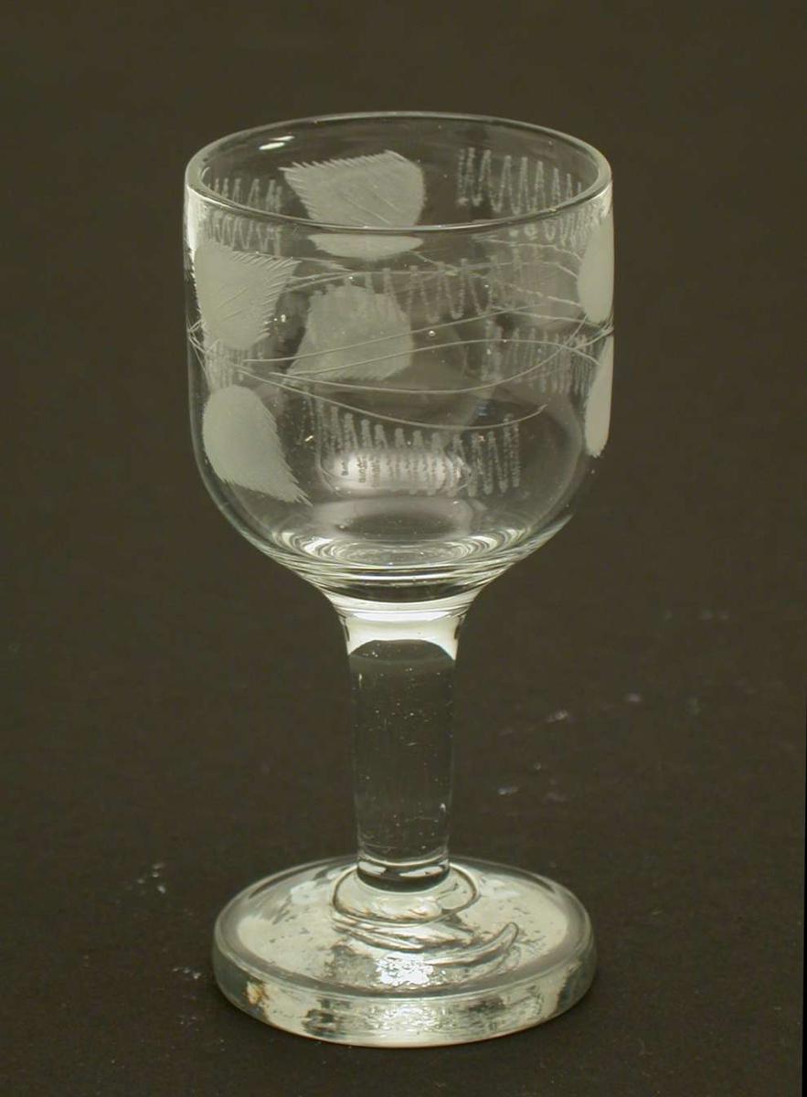 Brennevinsglass gravert med bord med blad.