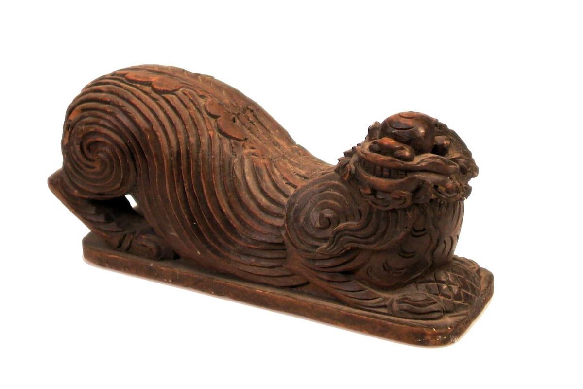 Kinesisk løve(?) av tre.