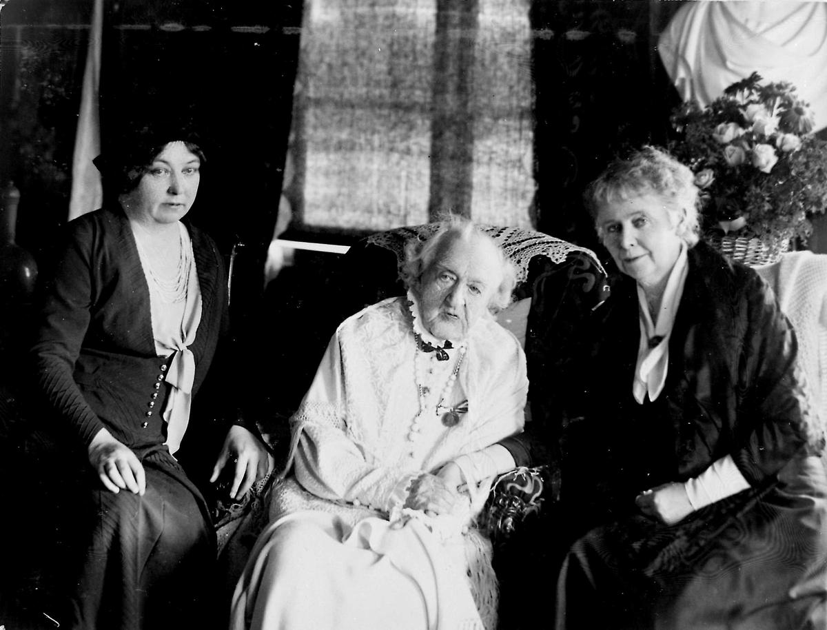 Tre kvinner i BBs arbeidsværelse.