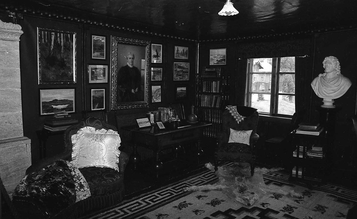 DOK:1972-1975, Aulestad, interiør, arbeidsværelse, malerier, teppe, klebersteinsovn, polarulv,