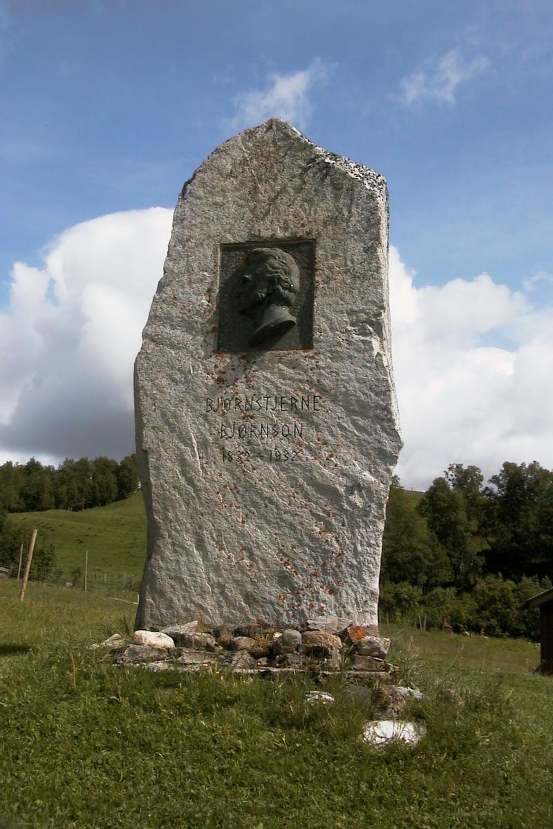DOK:2002, Bjørgan prestegård, bauta,