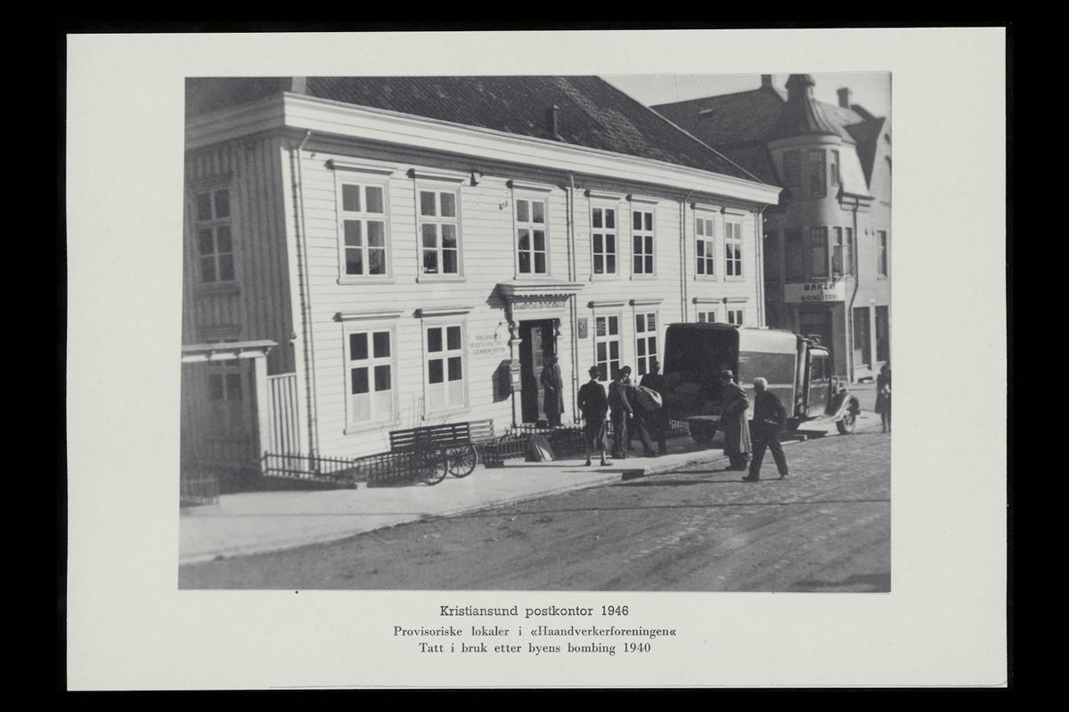 eksteriør, postkontor, 6500 Kristiansund, postkasse, postskilt postbil, menn