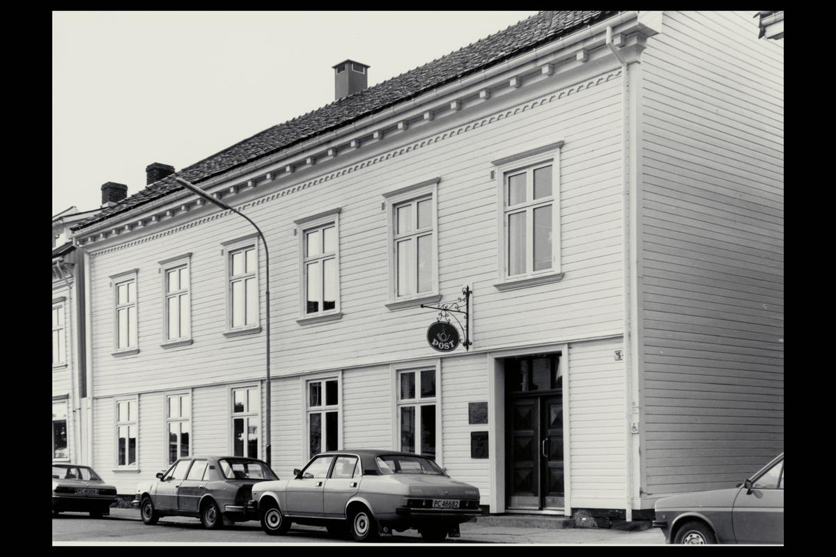 eksteriør, postkontor, 4950 Risør, postskilt, innstikkpostkasse