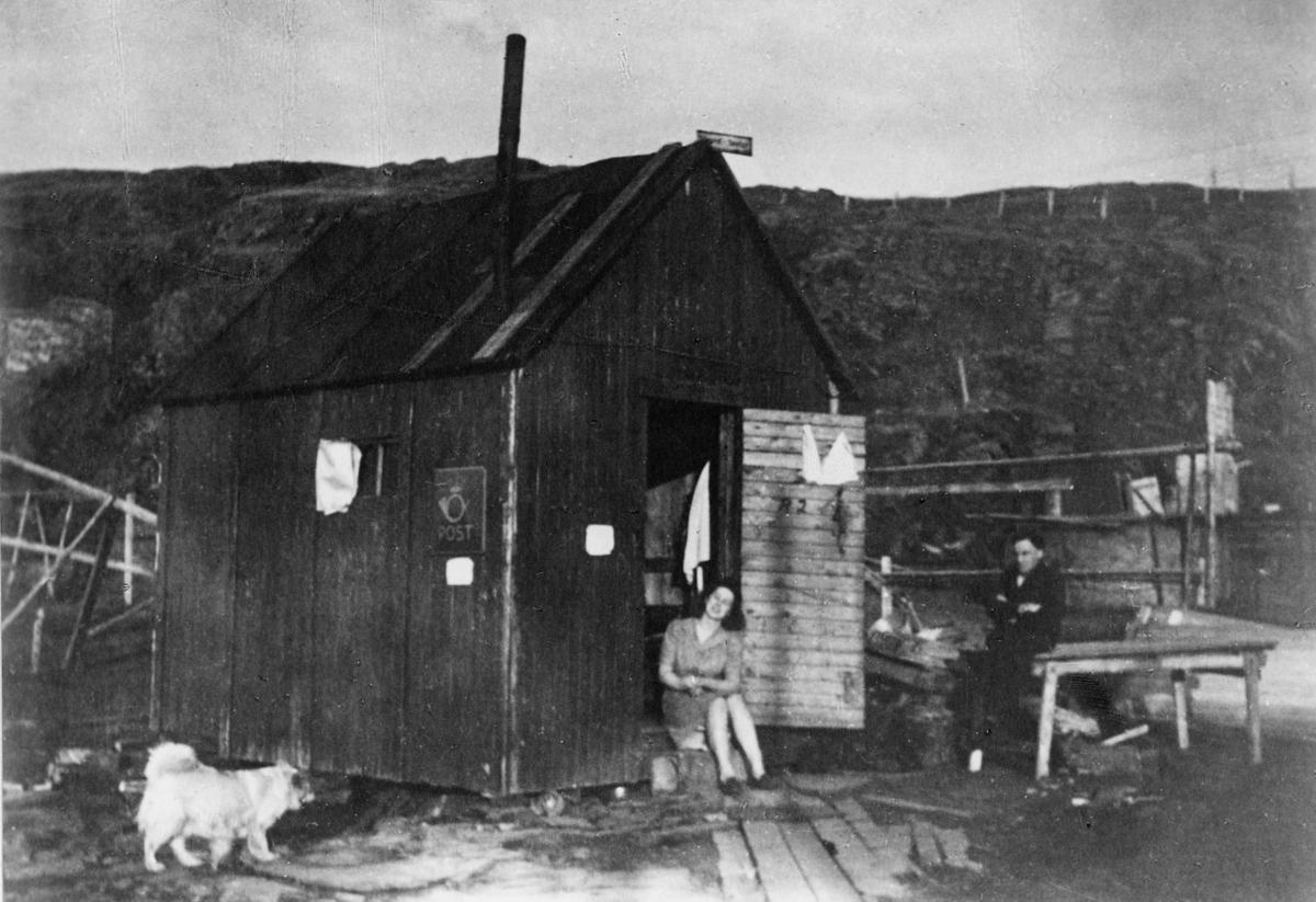 eksteriør, poståpneri, Mehamn 1945, kvinne, mann, postskilt