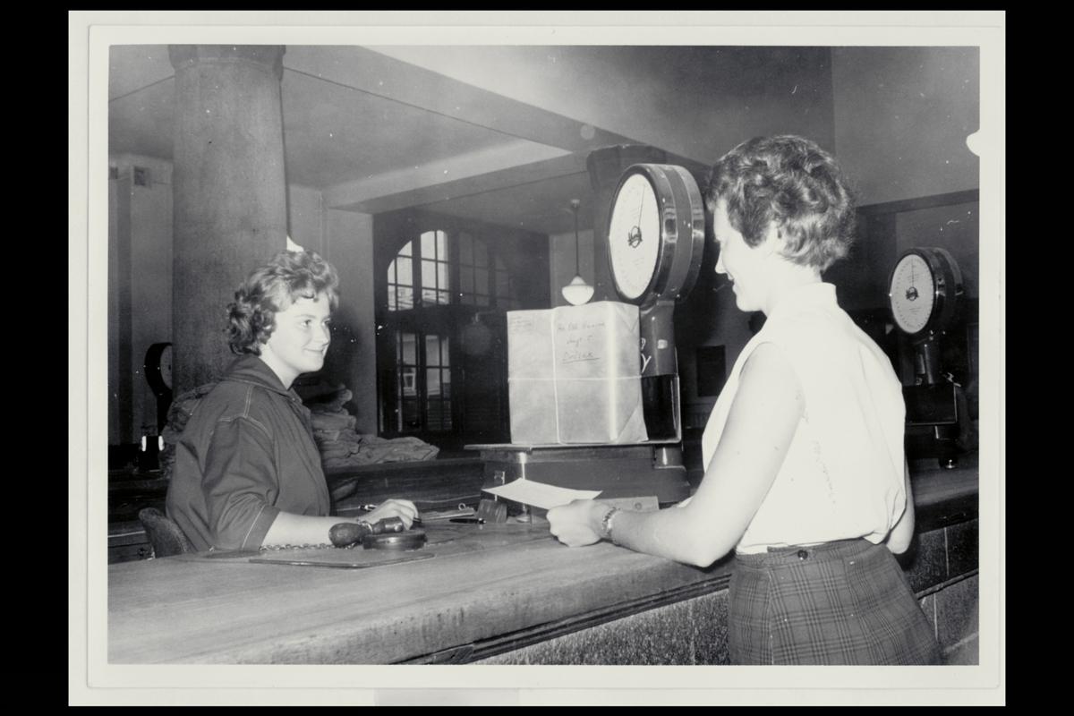 interiør, Postgirokontoret, Pakkeavdelingen, 2 damer, vekt med pakke