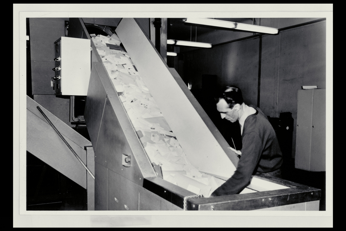 interiør, Postgirokontoret, brevavdelingen, mann, rullebånd med post