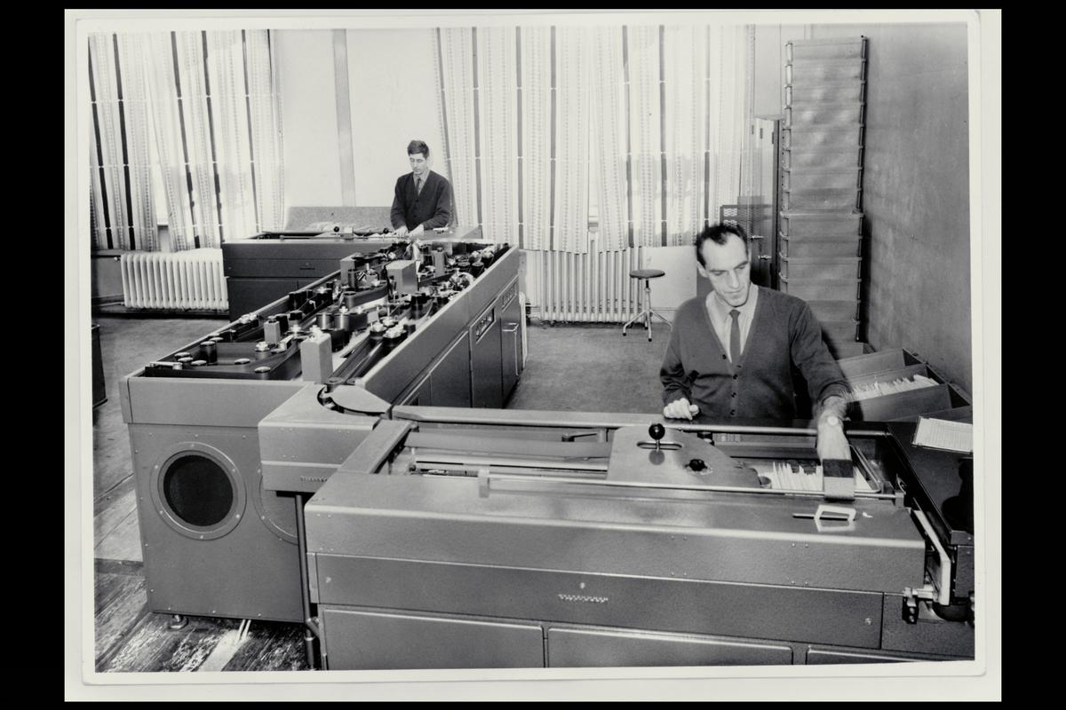interiør, Postgirokontoret, brevavdelingen, 2 mann, ordningsmaskin med 2 bufferstablere, 1. etasje