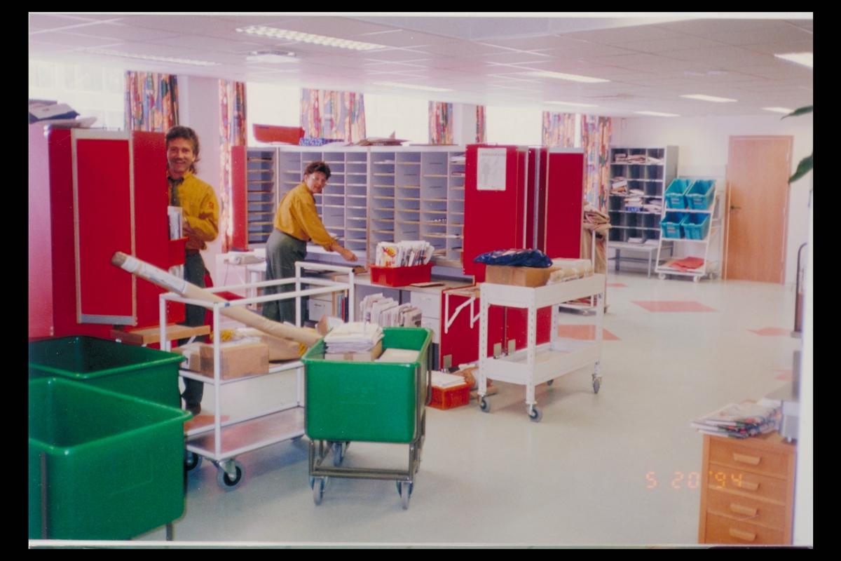 interiør, postkontor, Ulsteinvik, nye lokaler, sorteringsreoler, grønne posttraller, personal