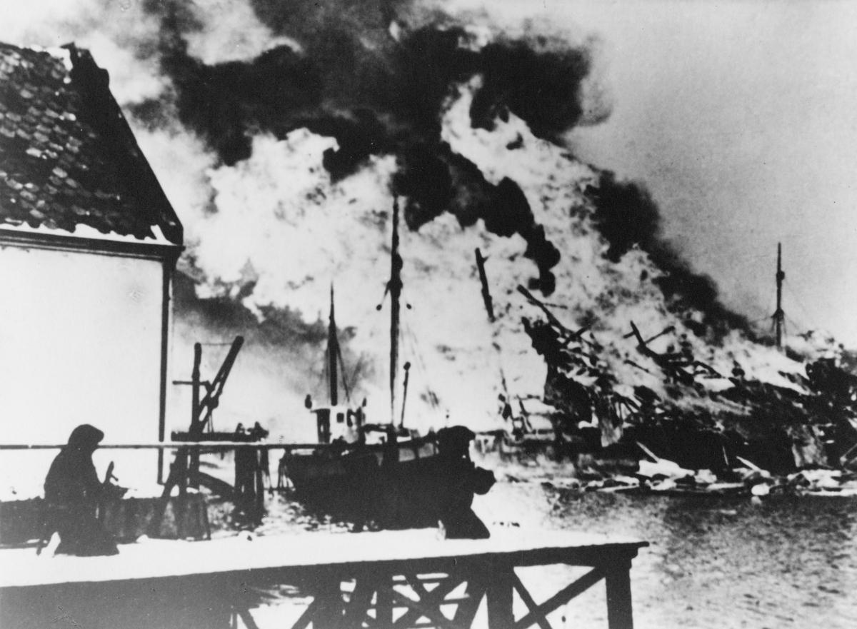 krigen, 2. verdenskrig, Måløyraidet 27. desember 1941, havna, person på kaia, båt, brann