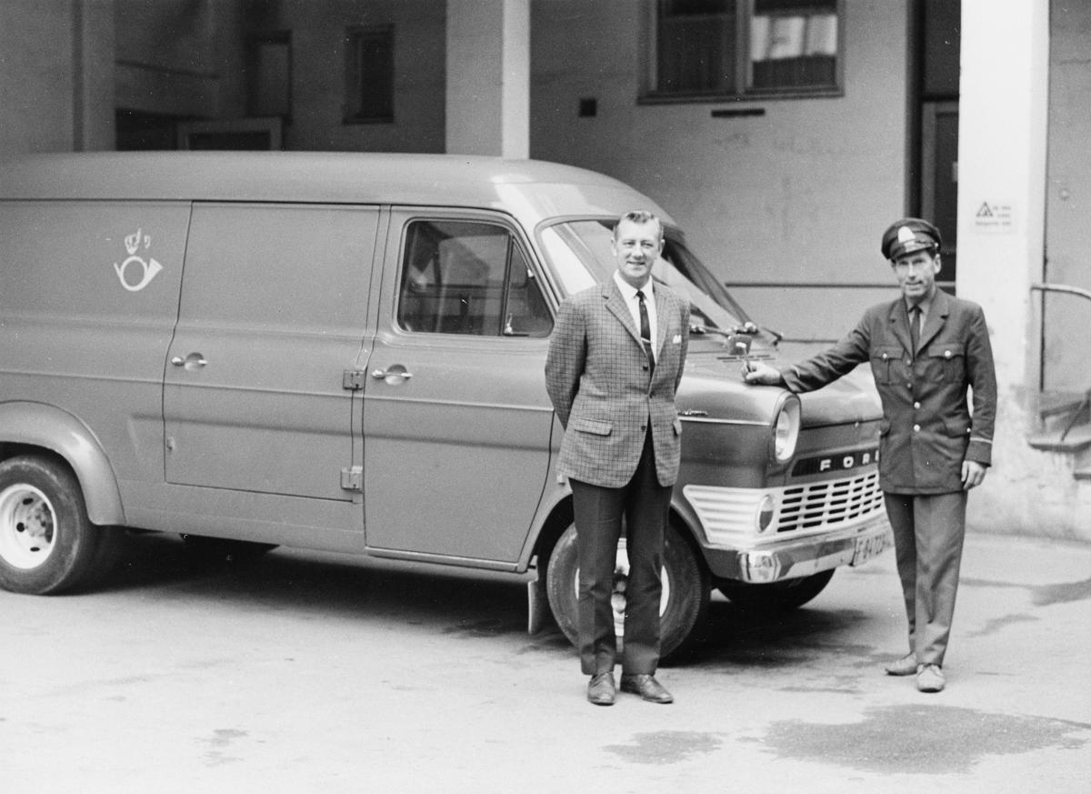 transport, bil, Drammen-Vikersund, Ford varevogn, postemblem, to menn