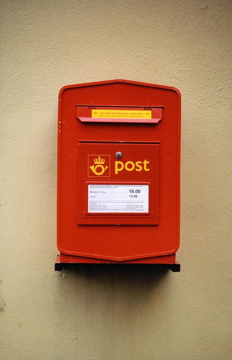 postkasser, offentlig rød med gul skrift, tømmetider står på