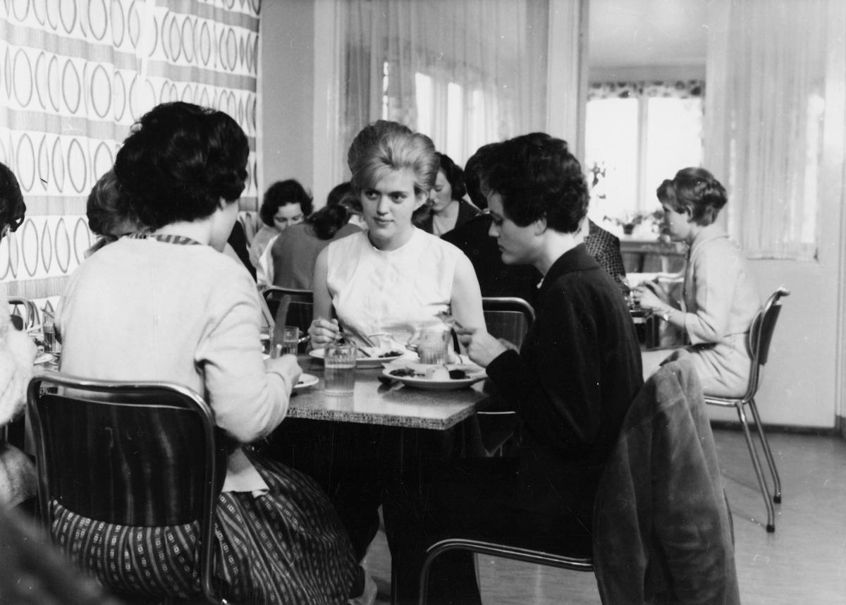 postskolen, Granavolden, 1972, 3 damer, spisesal