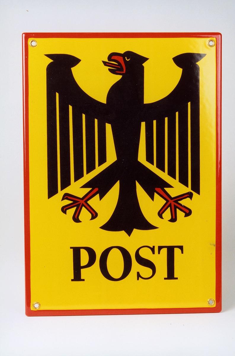 Gult lakkert postskilt med rød kant rundt. Svart tekst og bilde.