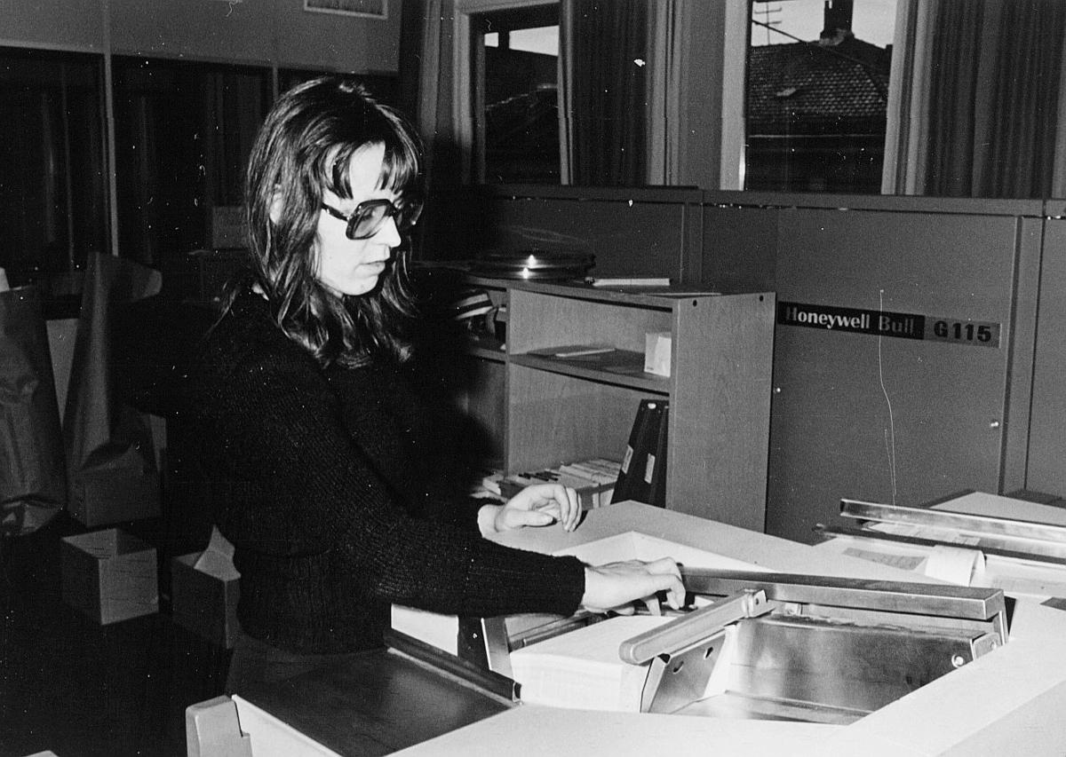 postsparebanken, Akersgata 68, Oslo, 25-års jubileum, 1975, interiør, 1 dame