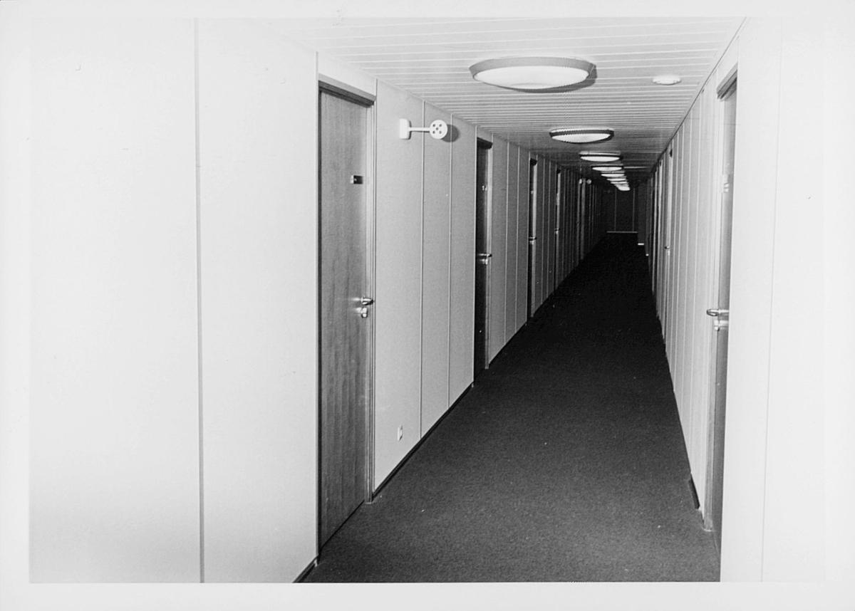 postsparebanken, Akersgata 68, Oslo, 25-års jubileum, 1975, lang korridor, interiør