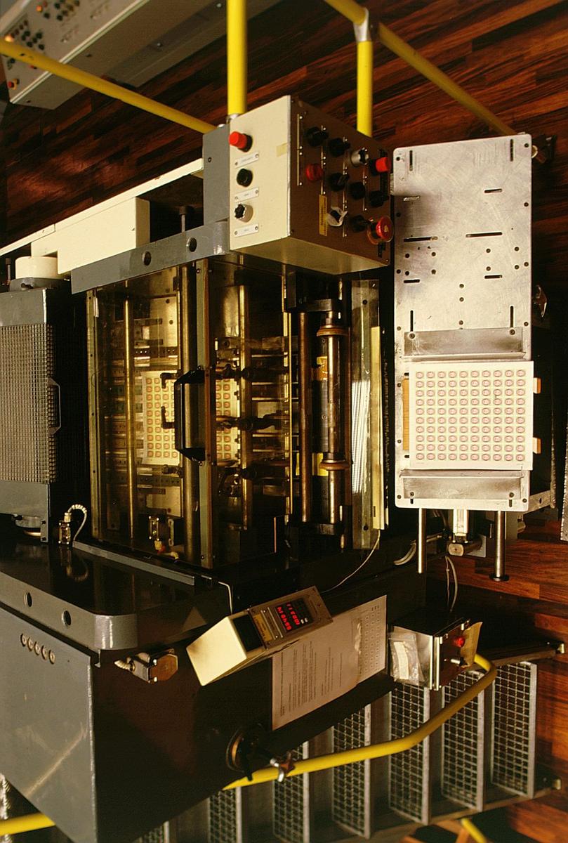 frimerketrykking, Norges bank Seddeltrykkeriet, rotasjonspresse, Goebel frimerkerotasjon, frimerker i produksjon, frimerkeark på vei ut av maskinen, ferdige frimerkeark er kommet ut av maskinen, nærbilde