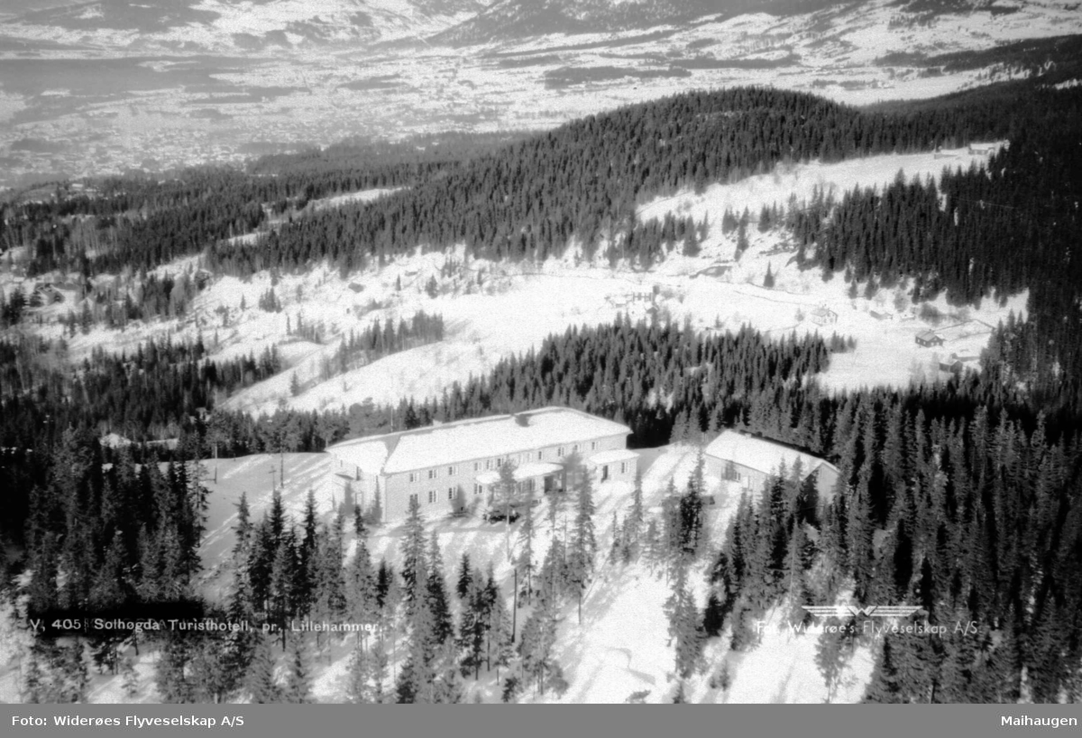 Flyfoto, Solhøgda Turisthotell mot Lillehammer by, vinter