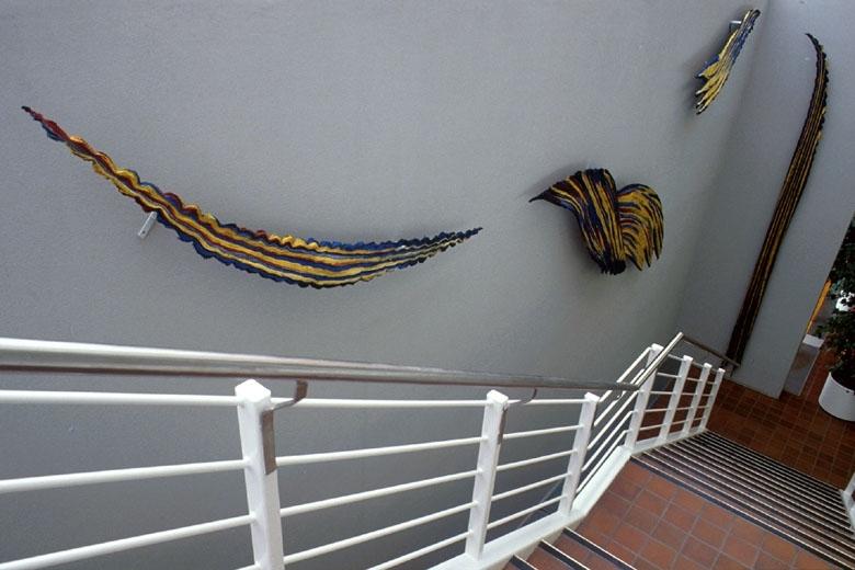 Arbeidet består av 4 skulpturelle former utført i plissert batikk. Format: del I - 450 cm i høyde, del II -200cm i bredde/lengde, del III - 300cm lengde, del IV -200cm i lengde