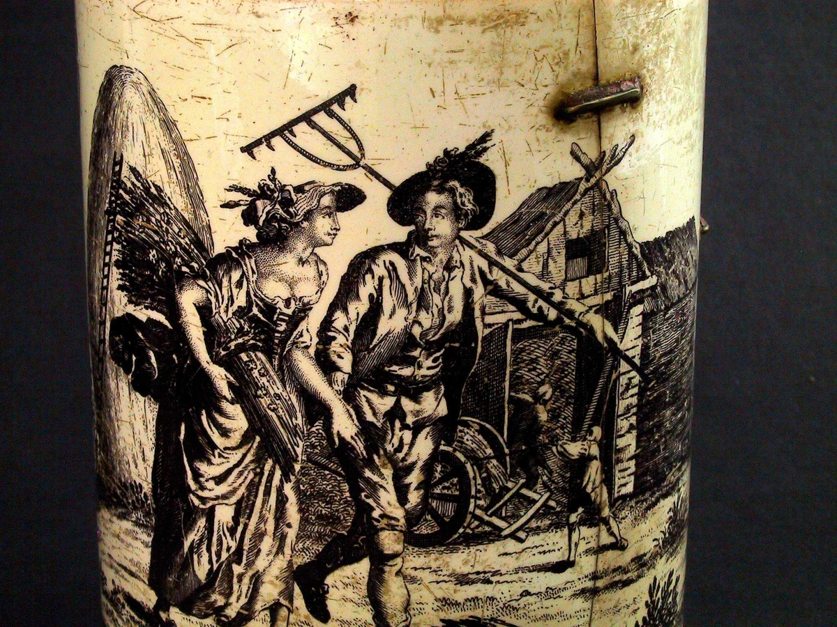 Midt overfor hanken dekorert med en  kvinne og en mann, gående mot høyre,  hun med stort kornnek under v. arm,  han med rive over h. skulder. Bak kvinnen en  kjempe høystakk, kjegleformet med en høy stige støttet mot. Th. bak dem en  løe medto menn som arbeider, en  vogn med store hjul utenfor.