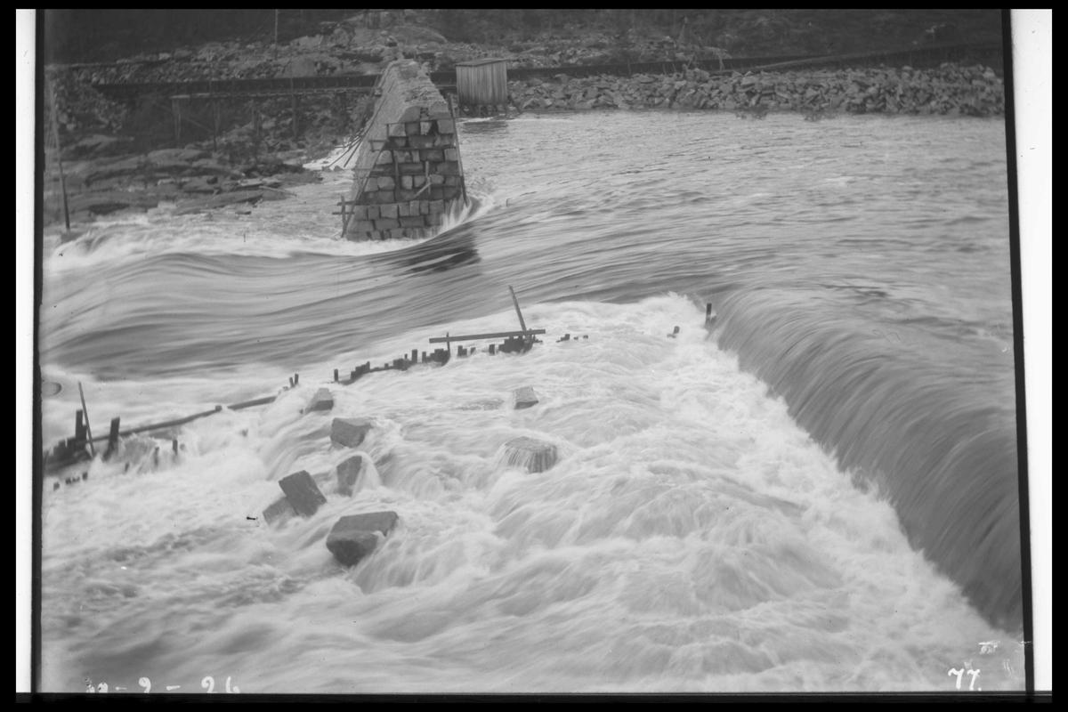 Arendal Fossekompani i begynnelsen av 1900-tallet CD merket 0010, Bilde: 29 Sted: Flatenfoss 13.09. 1926 Beskrivelse: Flom under utbygging av dammen