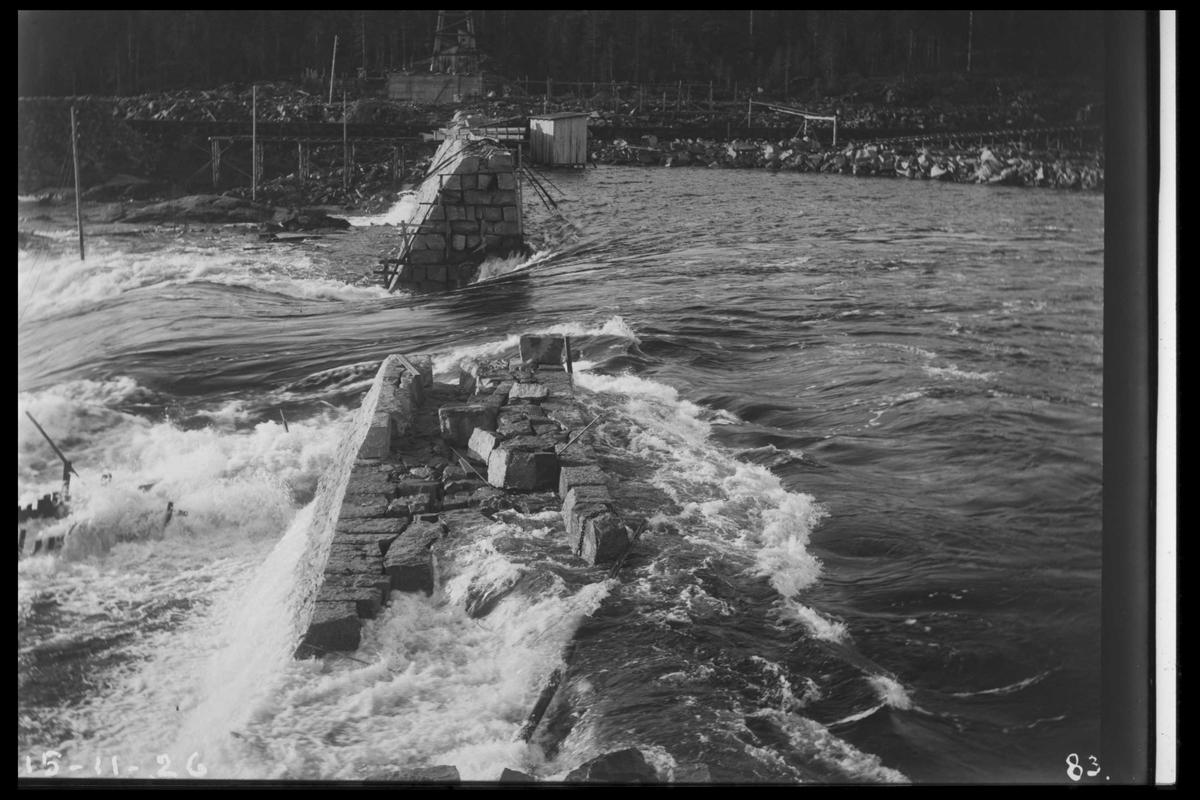Arendal Fossekompani i begynnelsen av 1900-tallet CD merket 0010, Bilde: 38 Sted: Flatenfoss i 1926 Beskrivelse:  Dambygging i flom. Sett fra Olsbu