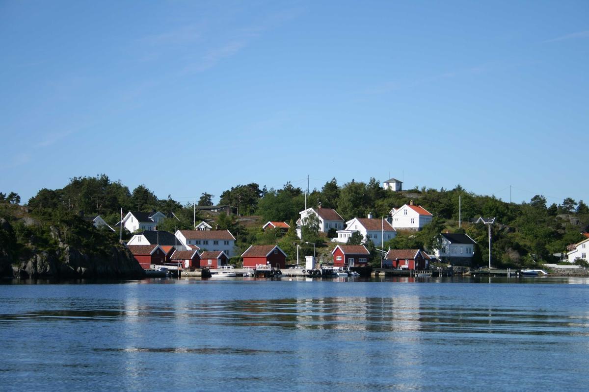 Uthavna Merdø. Frammerdø, husklynge med sjøboder og våningshus.Loshytte på Vestre Valen. Sett fra sjøen.