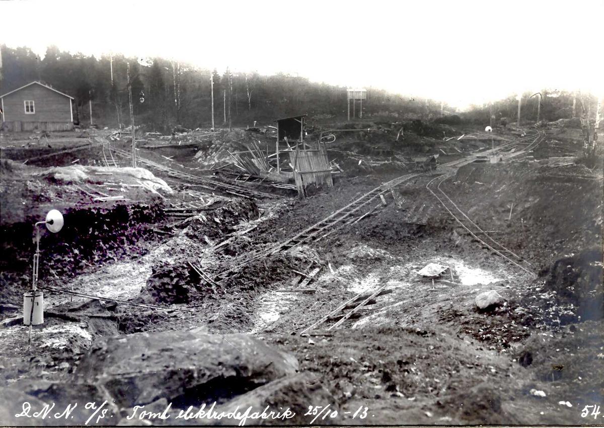 """""""25/10-1913"""" Nitriden. Planering av tomt for elektrodefabrikken. Skinneganger for traller, Til venstre arbeidsbrakke."""