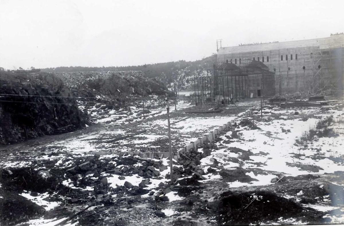 """""""1914"""" Nitriden. Omformerstasjonen til høyre. Grunnarbeider og planering av tomt for Ovnshus I til venstre. Tromøy i bakgrunnen."""