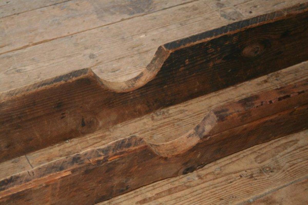 To treplanker parallelt ved siden av hverandre. I begge ender forbundet med et tverrstykke med strammeskrue. Midt på hver planke er en halvmåneformet utskjæring der hjulnavet ble lagt. På den ene planken er et mindre parti erstattet med nyere trevirke.