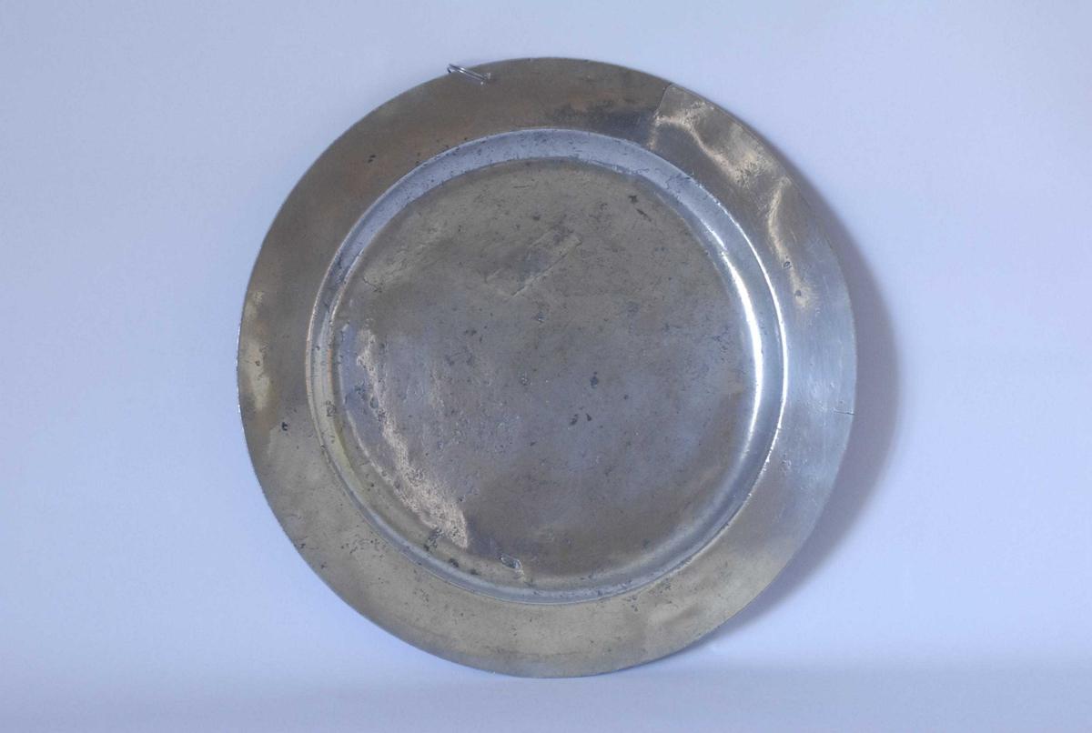 Form: Rundt fat med falset kant. Hull for oppheng