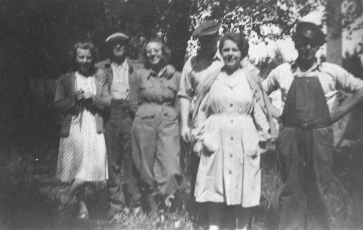 Tre kvinner og tre menn. Det er middagspause på Sprængstoffabrikken. Ruth haugland, Ragnvald Fredriksen, Liv Henden, Reinholdt Krogstad, fru Magnussen og Roald Torp.