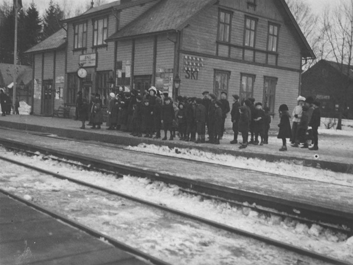 Vinterbilde Folkemengde venter på konglige på Ski stasjon.