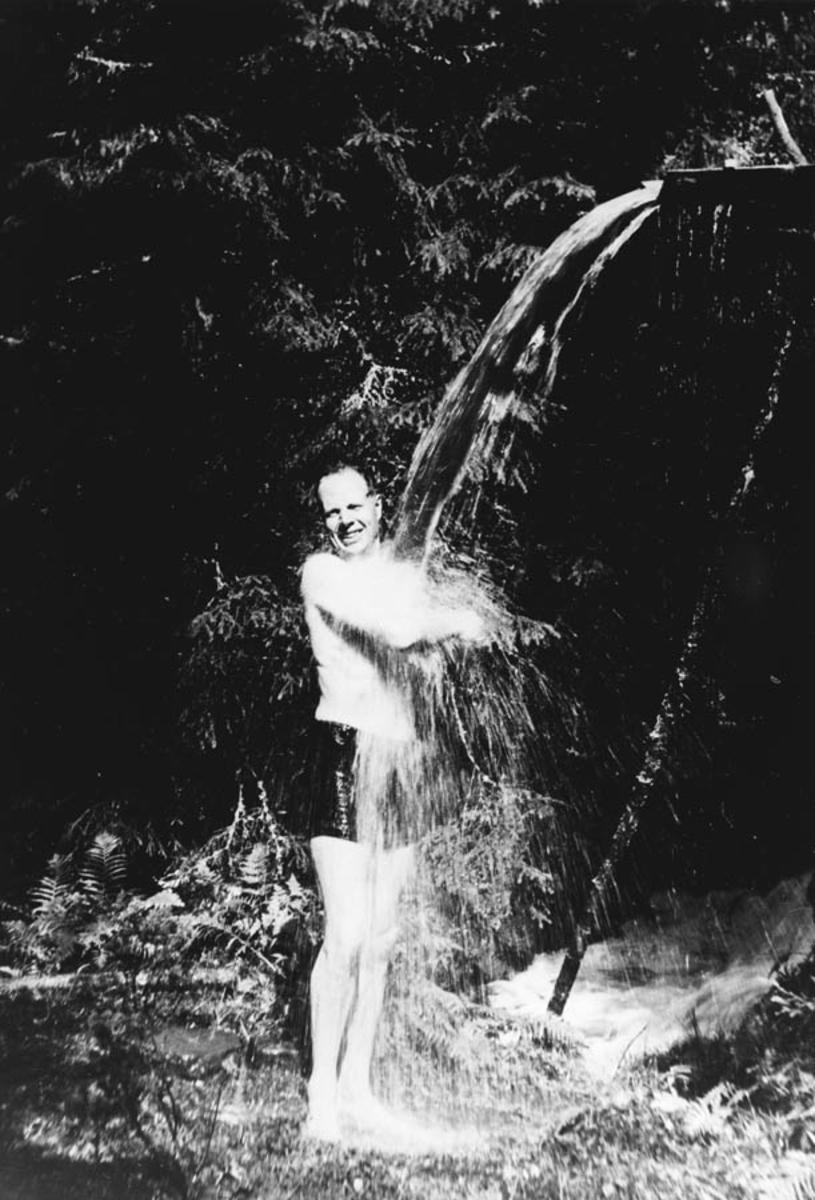 Trygve Henrik Lindeman, 1896 - 1979. Trygve Lindeman med selvlaget dusj.
