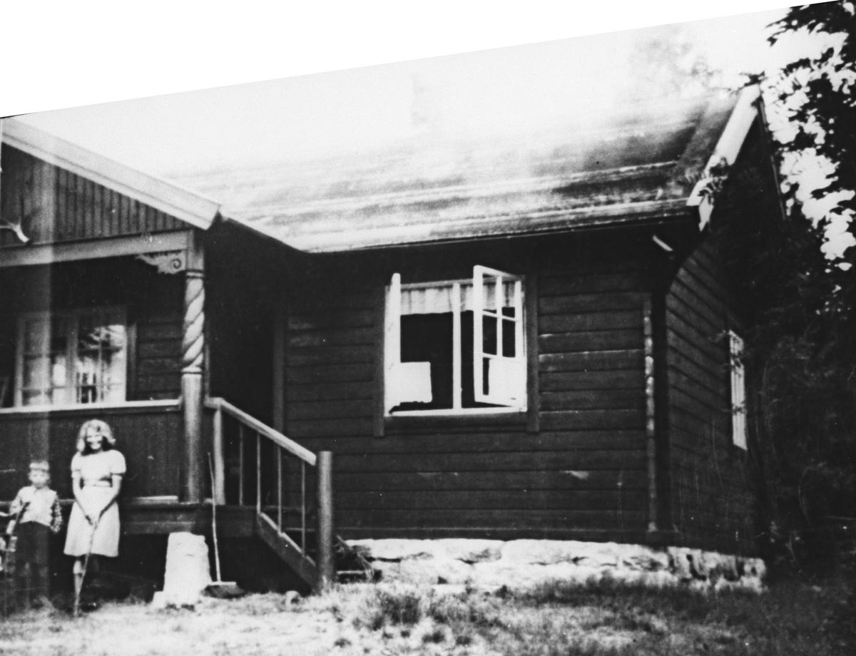 Bærtur fra Lilloseter til Sinober. Hytta er nabo til Sinober mot nord, bygget i 1932 av Wilhelm A. Sørensen og frue.To barn utenfor hytta.