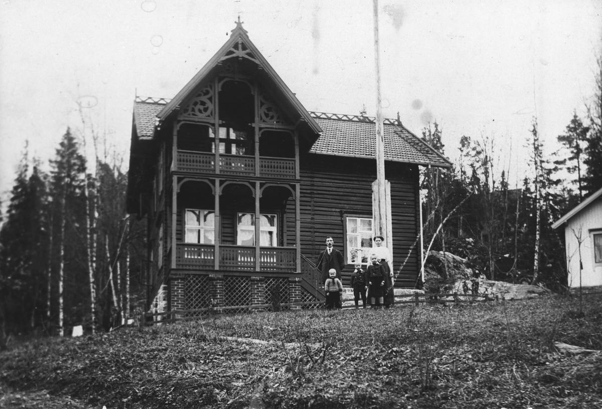 "Villa ""Bækkely"" Familien samlet foran huset. Stor laftet villa med snekkerdekor"