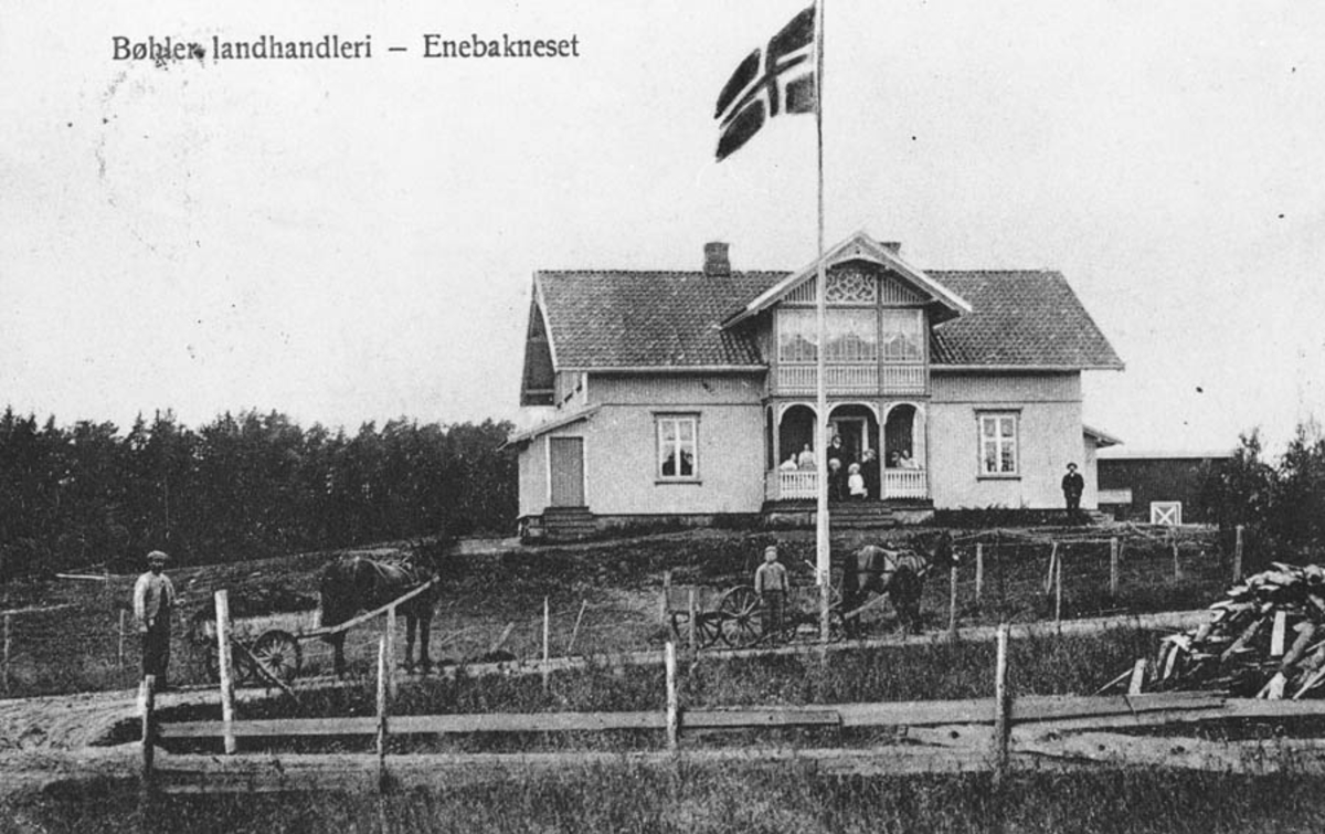 Bøhler landhandleri - Enebakneset. Nasjonalflagget til topps. Postkort