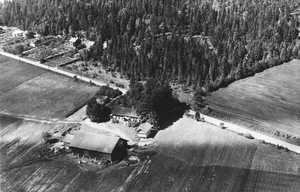 Flyfoto av Sørli øvre gård.  Gamleveien går bak gården.