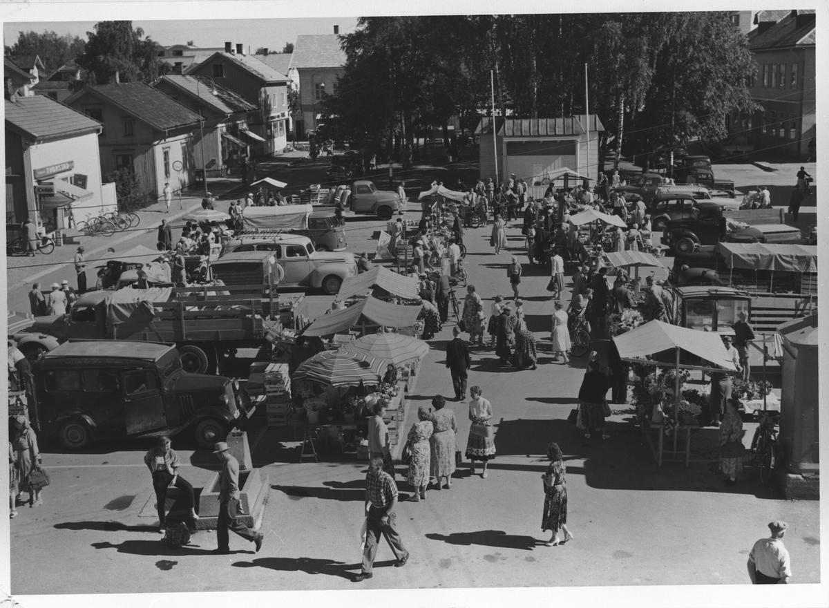 En livlig torgdag i 1950-årene.