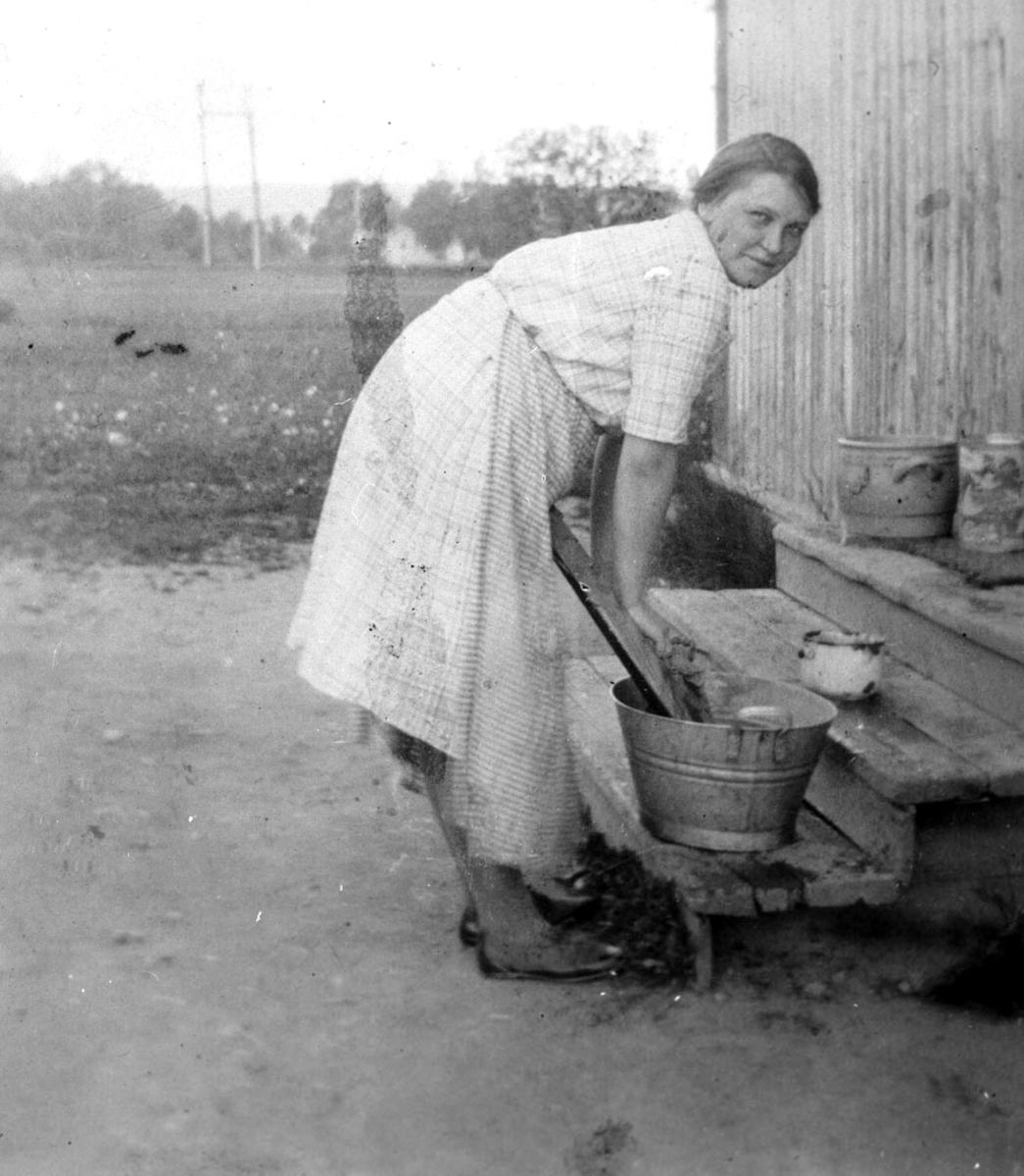 Ingeborg Westengen (f. 15/5-1908) vasker tøy på trappa.
