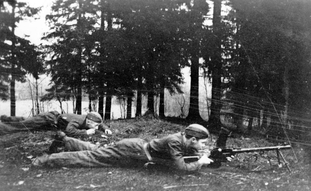 Øvelse. Unge soldater skyter med maskingevær.