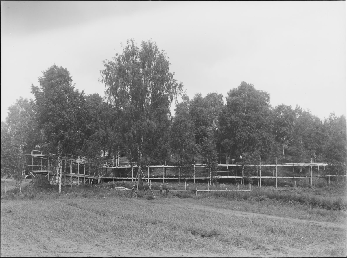 """Raknehaugen under arkeologisk utgravning i 1939. Til venstre """"landgangen"""" ut av haugen. Helt til venstre trillebårtippen. Utgravingen foregikk med spade, trillebår, hest og kjerre."""