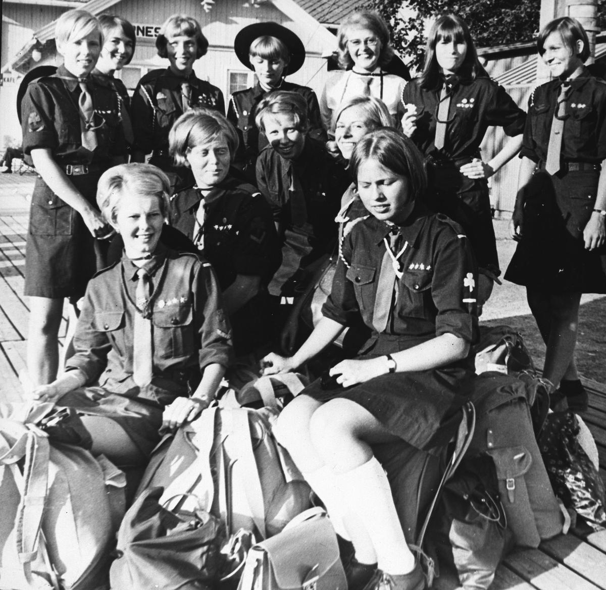 Jentespeidere på Årnes stasjon