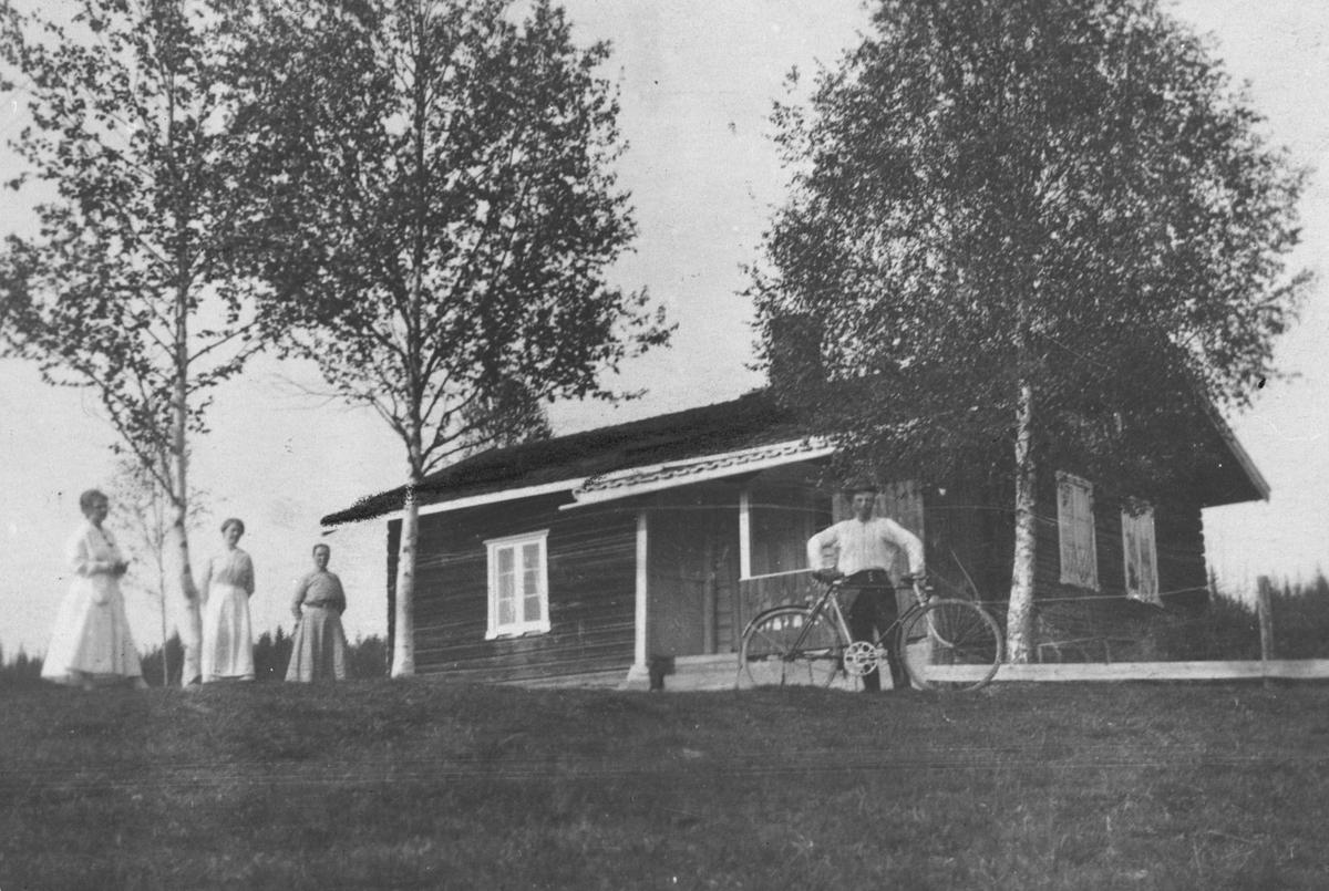 Sjølibråten, Skogbygda. Prospektkort med 3 kvinner og en mann med sykkel foran Sjølivangen-Fallet.