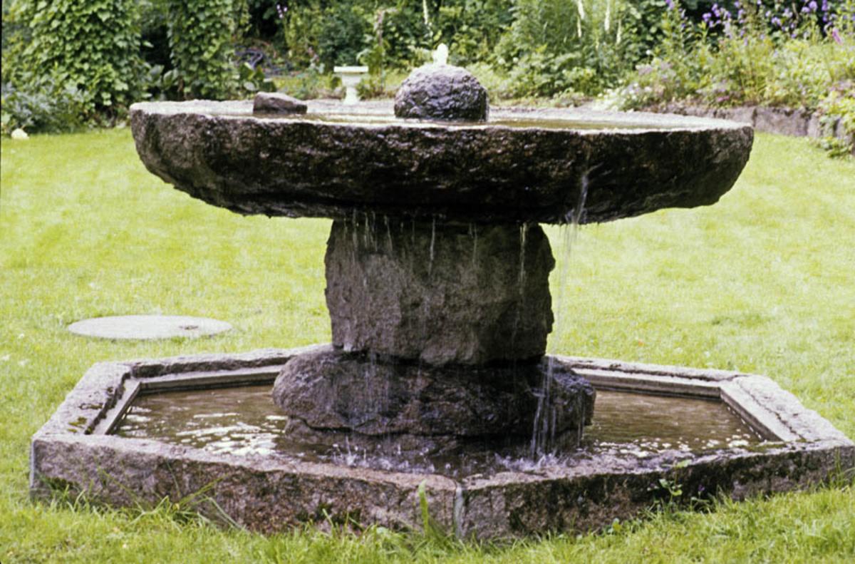 Vannfontenen i stein.